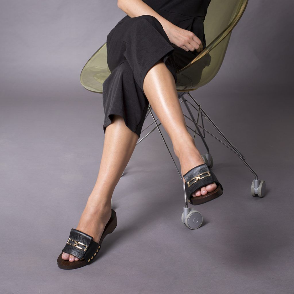 sandalias con suela de madera negras